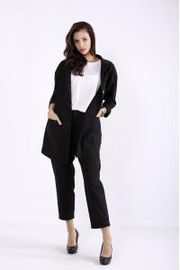 01270-1 | Черный стильный костюм: укороченные брюки и удлиненный пиджак